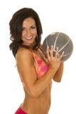 La donna negli sport rosa equipaggia la palla medica in mani Immagine Stock
