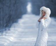La donna nei vestiti di bianco di inverno Immagini Stock Libere da Diritti