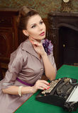 La donna nell'interno d'annata stampa su una vecchia macchina da scrivere Fotografia Stock Libera da Diritti