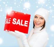 La donna nell'inverno copre con il segno rosso di vendita Fotografia Stock Libera da Diritti