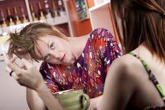 La donna nella casa di caffè ha alesato dal compagno immagini stock libere da diritti