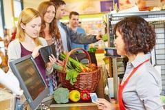 La donna nella coda del supermercato è soldi mancanti Fotografia Stock Libera da Diritti