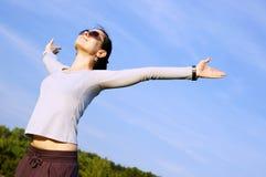 La donna nella stretta del campo passa in su Fotografia Stock Libera da Diritti