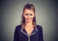 La donna nervosa che sembra strabismo scocciato ed infastidito osserva nella frustrazione Immagini Stock