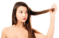 La donna non è soddisfatta dei suoi capelli fragili Immagini Stock Libere da Diritti