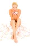La donna nuda che si siede fra è aumentato Fotografia Stock