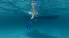 La donna nuota lentamente alla barca nell'oceano archivi video