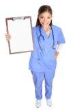 Donna o medico medica dell'infermiere che mostra lavagna per appunti Fotografia Stock