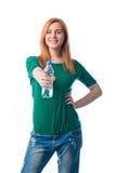 La donna offre una bottiglia di acqua immagini stock libere da diritti