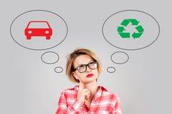 La donna opera la scelta: inquinamento ambientale o protezione dell'ambiente fotografie stock libere da diritti