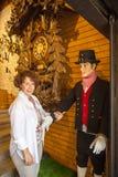 La donna in orologi di cuculo compera in Triberg fotografie stock libere da diritti