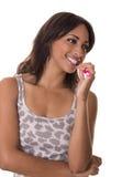 La donna osserva al lato mentre pulisce i suoi denti. Immagine Stock