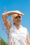 La donna osserva nella distanza fotografia stock libera da diritti