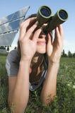 La donna osserva sull'erba Fotografia Stock