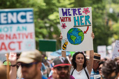 La donna ostacola il segno che marcia alla giornata per la Terra marzo di Atlanta Fotografia Stock Libera da Diritti