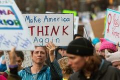 La donna ostacola il segno mentre i dimostranti camminano a Atlanta marzo Fotografia Stock Libera da Diritti