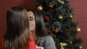 La donna ottiene il regalo di natale da sua figlia stock footage