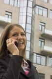 La donna parla dal telefono Fotografia Stock