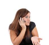 La donna parla emozionalmente sul telefono, isolato. immagini stock