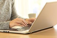 Risultati immagini per donna alla tastiera del computer