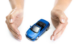 La donna passa a holding l'automobile blu isolata su bianco Fotografia Stock