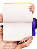 La donna passa il libro aperto isolato su bianco fotografia stock