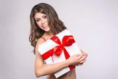 La donna passa il regalo della tenuta Immagini Stock