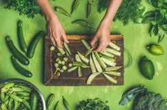 La donna passa il taglio le verdure verdi e dei verdi fotografia stock