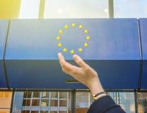 La donna passa la prova di tenere le stelle delle insegne dell'Unione Europea Fotografia Stock Libera da Diritti