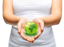 La donna passa la tenuta del globo verde della sfera Fotografie Stock