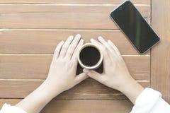 La donna passa la tenuta della tazza di caffè caldo Immagini Stock Libere da Diritti