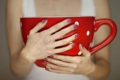 La donna passa la tenuta della tazza di caffè gigante Fotografia Stock Libera da Diritti