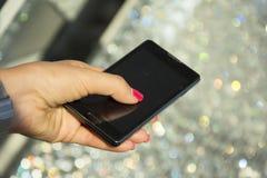 La donna passa lo smartphone della tenuta Immagini Stock Libere da Diritti