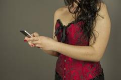 La donna passa mandare un sms ad un messaggio sul telefono fotografie stock