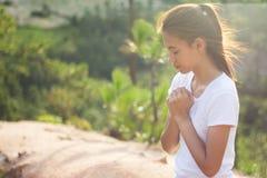 La donna passa pregare al dio con la bibbia elemosinando perdonato fotografia stock
