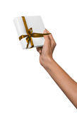 La donna passa a presente di festa della tenuta la scatola bianca con il nastro dorato giallo Immagini Stock