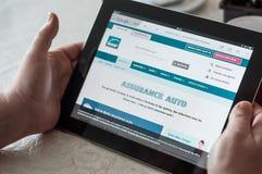 la donna passa sul MAAF l'assicurazione francese per il Home Page online di citazione del sito Web sulla compressa Fotografia Stock Libera da Diritti