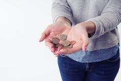 La donna passa a tenuta le euro monete e darle alla macchina fotografica Immagini Stock