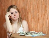 La donna pensa all'emissione finanziaria Immagine Stock