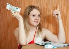 La donna pensa all'emissione finanziaria Fotografia Stock