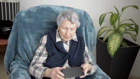 La donna pensionata è molto deludente perché non può utilizzare uno smartphone archivi video
