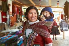 La donna peruviana si diverte con il bambino Fotografie Stock