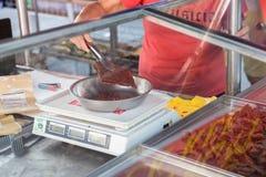 La donna pesa la carne di maiale secca cinese fotografie stock libere da diritti
