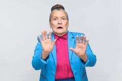 La donna più anziana ha spaventato, ha fronte di timore fotografie stock
