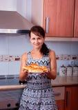 La donna piacevole con i dolci Fotografie Stock