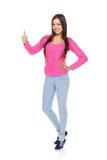 La donna piena del corpo che mostra i pollici aumenta il gesto Fotografia Stock