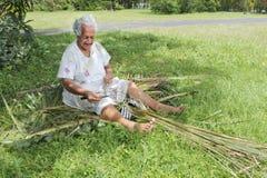 La donna polinesiana invecchiata anziana di Islander del cuoco prepara una scopa dalla a immagine stock libera da diritti