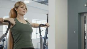 La donna pompa i suoi muscoli dorsali stock footage