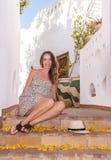 La donna positiva caucasica sta sorridendo sulla via Immagine Stock