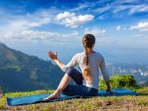 La donna pratica il asana di yoga all'aperto Fotografia Stock